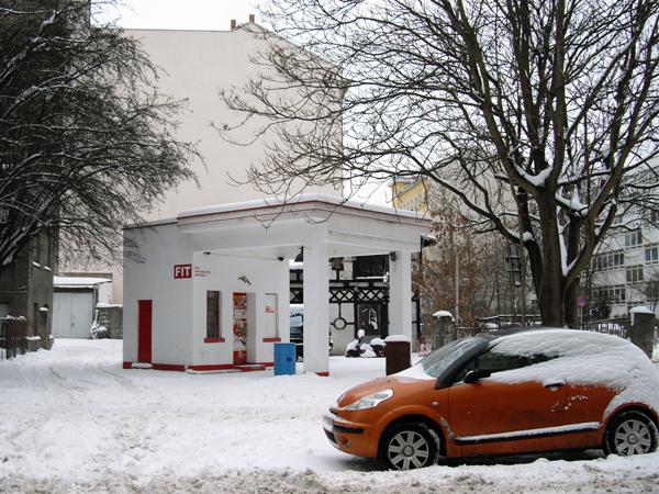 Berlijn architectuur tankstation-sneeuw-JanitaStoel - Gimmii