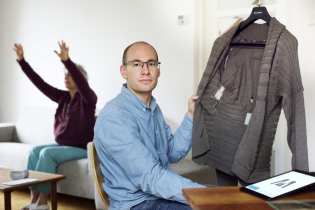 Martijn ten Bhömer, PhD Industrial Design, Technische Universiteit Eindhoven, met Vigour 2.0, een trui met ingebouwde reksensoren en app met geluid/muziek die oefeningen stimuleert, bijvoorbeeld bij ouderen met dementie.