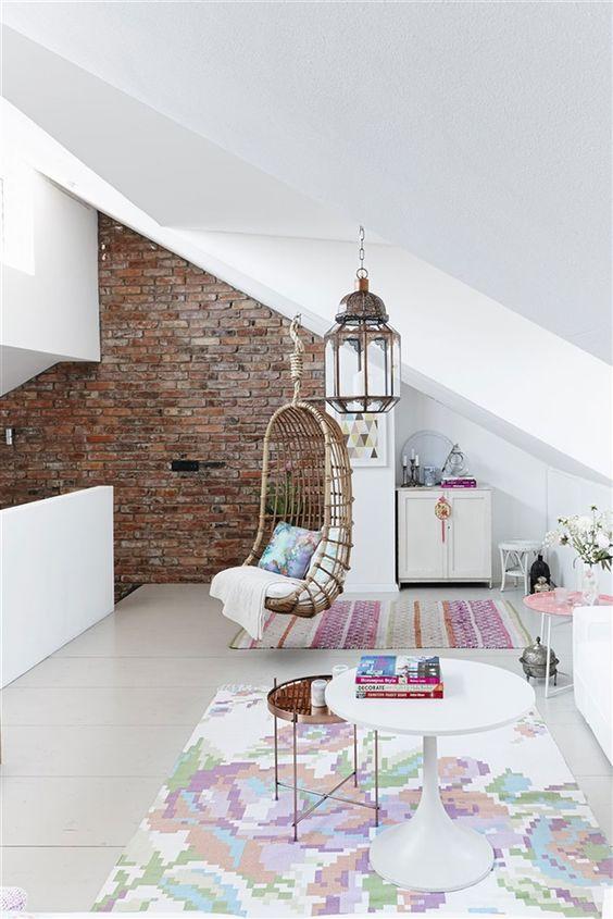 Hangstoel loft wit kleur in lichte woning in Frankfurt