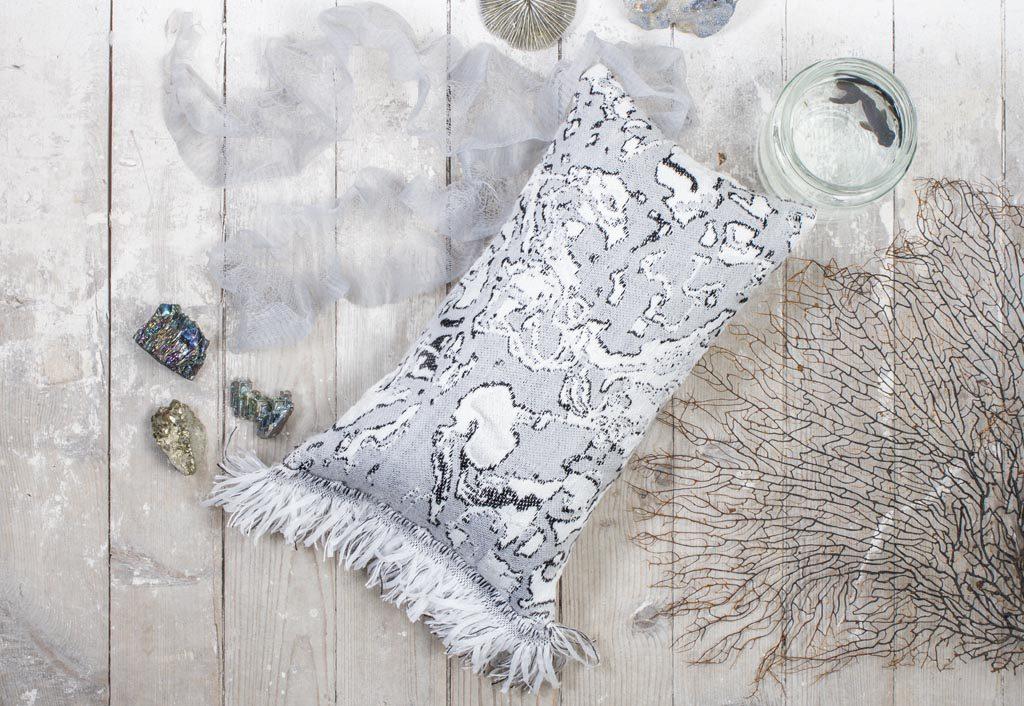 Roos Soetekouw Fringe cushion No4 black and white-kussen – Gimmii