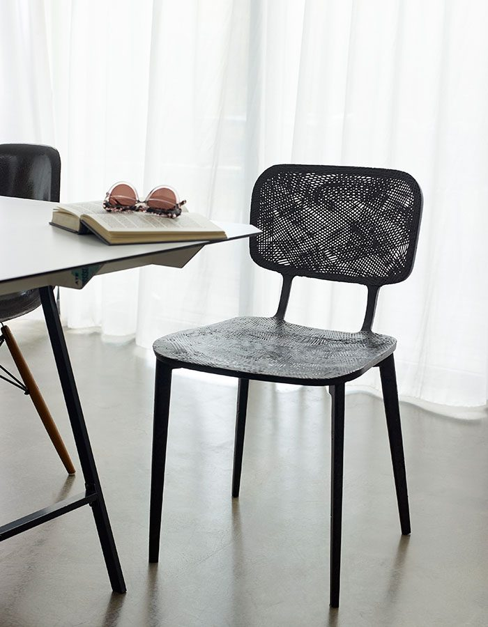 LABELBREED Recycled Carbon Chair Marleen Kaptein Exclusieve Dutch Design Stoel Zwart